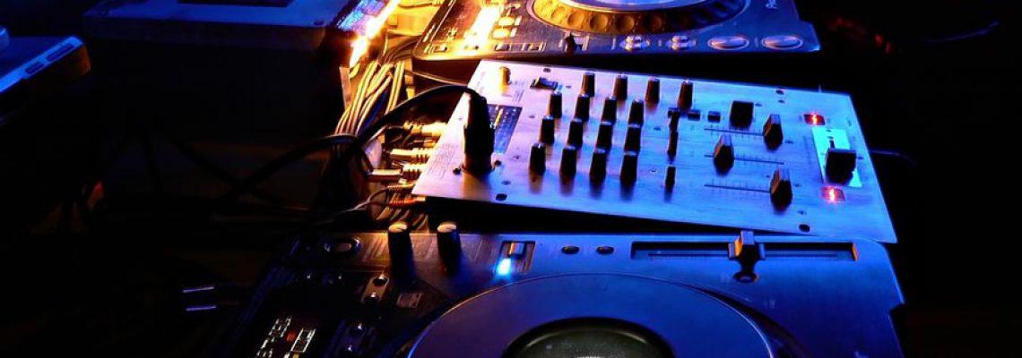 Matériel de deejaying : comment choisir une table de mixage ?